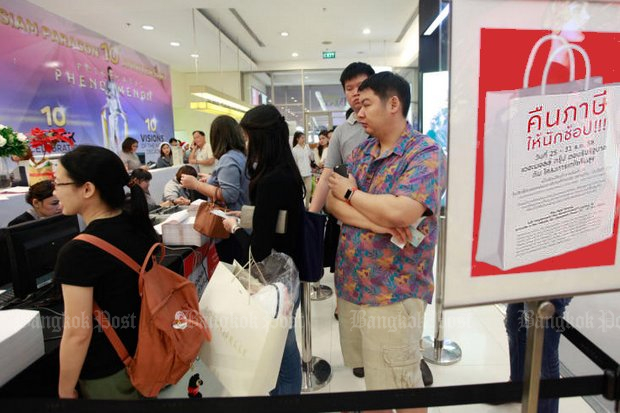 Holiday shoppers line up for their tax-break receipts during year-end shopping a year ago. (Bangkok Post file photo)