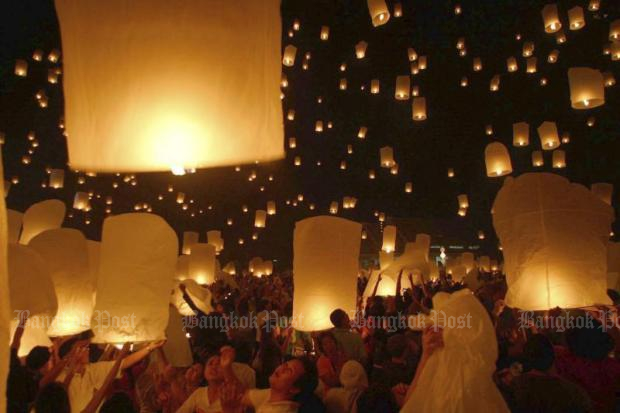 Lanterns are released into the sky during the Lanna-style Yi Peng festival in Chiang Mai. The annual event prompts airlines to cancel to avoid hazards posed by the lanterns. (Bangkok Post file photo)