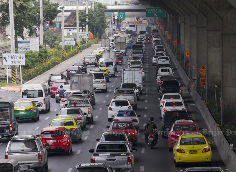 Bumper-to-bumper traffic on the outbound lanes of Vibhavadi Rangsit Road leading to the airport on Tuesday. (Photo by Apichit Jinakul)