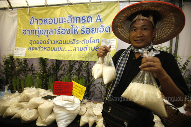 A rice grower from Roi Et province displays his fragrant Hom Mali rice at a market near Government House. Thailand's Hom Mali rice was declared the world's best rice on Wednesday. (File photo)