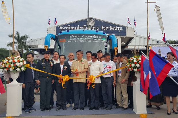 Thai and Lao officials launch the new Nan-Luang Prabang bus service at the Nan bus terminal in Nan province on Thursday. (Photo by Rarinthorn Petcharoen)