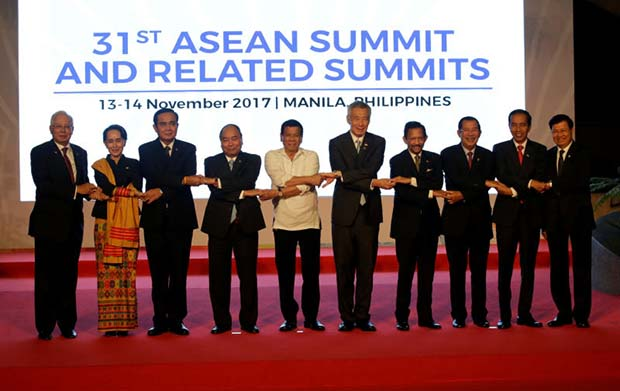 From left, Malaysia Prime Minister Najib Razak, Myanmar State Counsellor Aung San Suu Kyi, Thailand Prime Minister Prayuth Chan-ocha, Vietnam Prime Minister Nguyen Xuan Phuc, Philippine President Rodrigo Duterte, Singapore Prime Minister Lee Hsien Loong, Brunei Sultan Hassanal Bolkiah, Cambodia Prime Minister Hun Sen, Indonesia President Joko Widodo and Laos Prime Minister Thongloun Sisoulith, join hands during a family photo before the 31st ASEAN Summit in Manila on Monday. (Reuters photo)