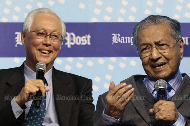 Former prime ministers Goh Chok Tong of Singapore (left) and Mahathir Mohamad of Malaysia spoke Thursday at the Bangkok Post Forum 2017 titled 'Asean@50: In Retrospect'. (Photo by Patipat Janthong)