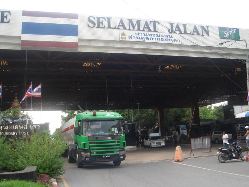 An oil truck from Malaysia passes the border at Sadao checkpoint, which is also situated a customs checkpoint, in Songkhla. (Bangkok Post file photo)