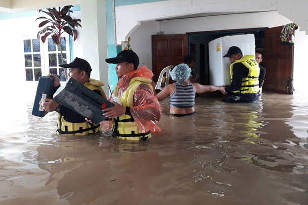 Border patrol police help evacuate people in Hua Hin district in Prachuap Khiri Khan after their houses were flooded on Tuesday. (Border Patrol Police photo)