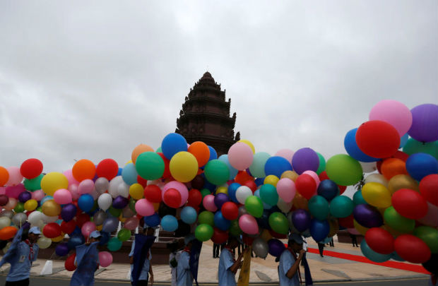 Students hold balloons at the Independence Monument while attending the celebration marking the 64th anniversary of the country's independence from France, in Phnom Penh, Cambodia Nov 9, 2017. (Reuters photo)