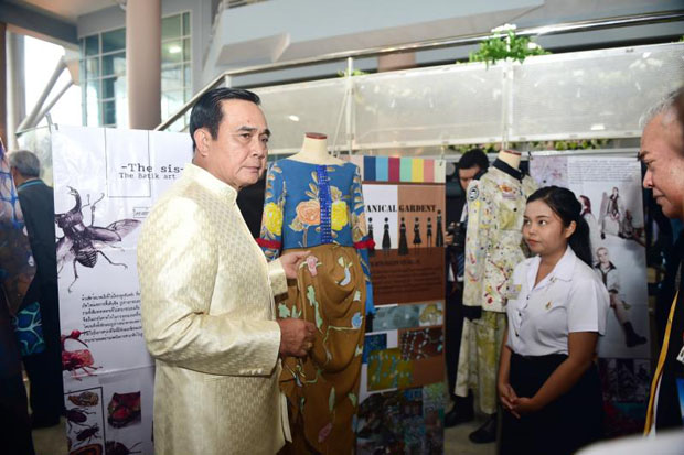 Prime Minister Prayut Chan-o-cha visits the Rajamangala University of Technology Srivijaya in Muang district, Songkhla, on Tuesday. (Government House photo)