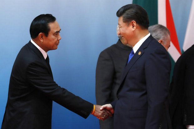 Chinese President Xi Jinping, right, greets Prime Minister Prayut Chan-o-cha at the Brics Summit in Xiamen on Sept 5. (Pool photo)