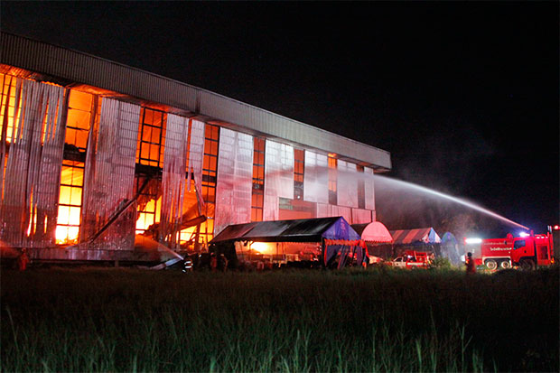 Firefighters try to douse the blaze that broke out at a bicycle warehouse in Bang Pakong district of Chachoengsao early Saturday. Nobody was injured, but the fire caused about 30 million baht in damage. (Photo by Sonthanaporn Inchan)