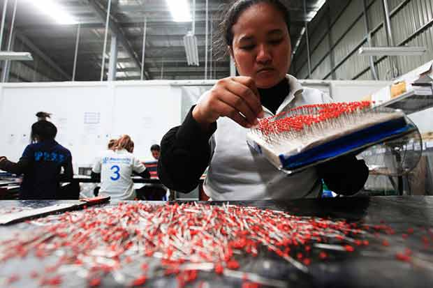 A female Cambodian worker at a Japanese-owned factory in Phanom Penh Special Economic Zone. (Reuters photo)