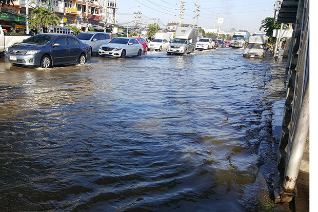 Cars are restricted to using the right lane of Suk Sawat Road in Samut Prakan by flooding caused by this morning's very high tide. (Photo by Suthiwit Chayutworakan)