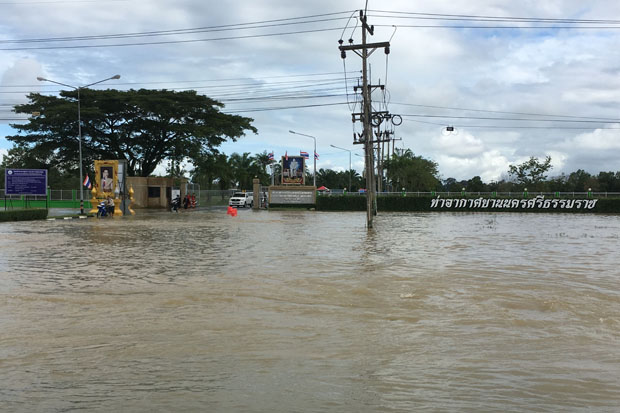 This access road to Nakhon Si Thammarat airport was flooded on Thursday. (Photo by Nujaree Raekrun)