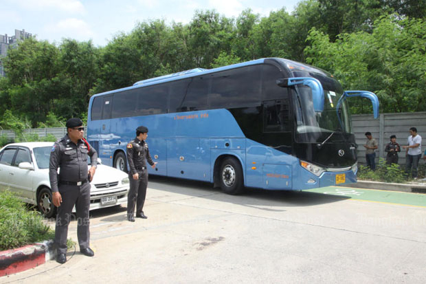 Police seize buses of OA Transport Co in Bangkok last year during their crackdown on alleged zero-dollar tour scams. The company now faces asset seizures for alleged tax evasion. (File photo)
