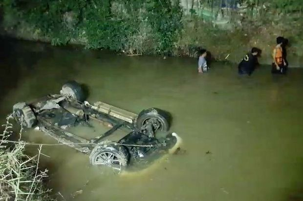 The pickup truck carrying 21 Cambodians and three Thais is seen in a roadside ditch off No.331 Kabin Buri-Sattahip Road in Chachoengsao province following a road chase in the early hours of Friday. (Photo by Sonthanaporn Inchan)
