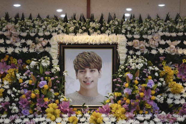 A portrait of Kim Jong-hyun, the lead singer of the massively popular K-pop boy band Shinee, is seen on a mourning altar at a hospital in Seoul on Tuesday. (AP photo)