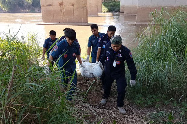 Rescue workers carry a body from the Nan River in Phitsanulok province on Sunday. (Photo by Chinnawat Singha)