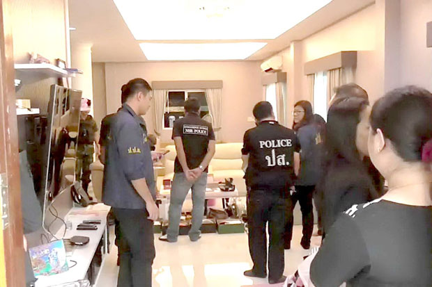Narcotics suppression police search the house of the two drug suspects in Muang district, Samut Prakan, on Monday. (Photo by Sutthiwit Chayutworakan)
