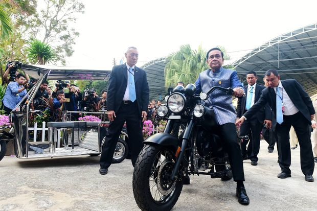 Prime Minister Prayut Chan-o-cha tries his hand on an electric big bike before a mobile cabinet meeting in Sukhothai on Tuesday. The bike was a prototype made by students at Srisatchanalai Industrial and Community Education College in the central province. (Government House photo)