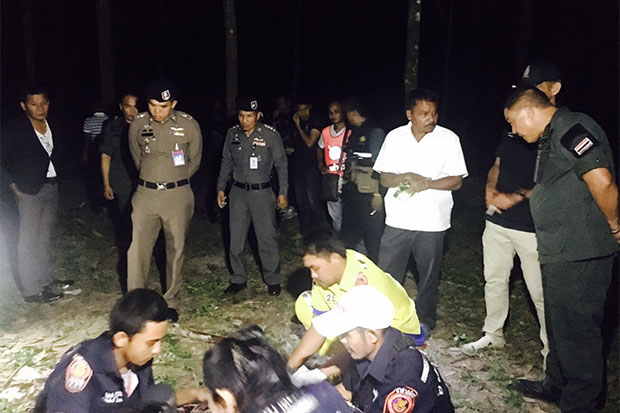 Rescue workers wrap the body of the drug dealer shot dead at a rubber plantation in Nakhon Si Thammarat's Phrommakhiri district late on Wednesday night. (Photo by Nujaree Raekrun)