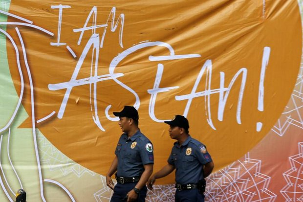 Filipino policemen walk past a banner at the Asean Summit held in Manila last month. (EPA photo)