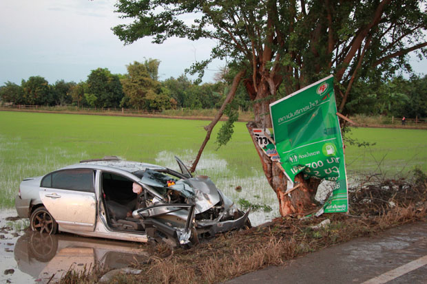 Two people died and two others were injured when this Honda registered in Prachin Buri hit a tree beside the Phitsanulok-Phrom Phiram Road in Phitsanulok early Friday. (Photo by Chinnawat Singha)