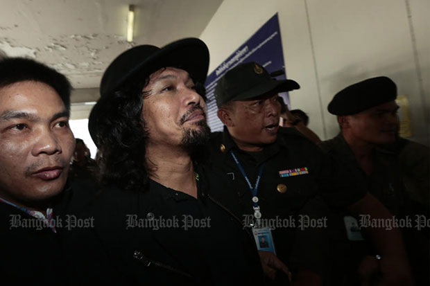 Rock star Sek Loso arrives at the Min Buri Provincial Court on Monday for detention before he was granted bail. (Photo by Patipat Janthong)