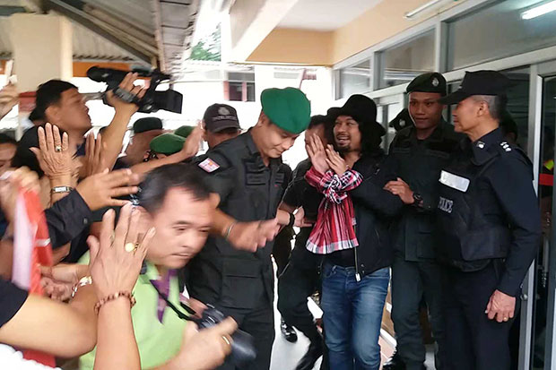 Sek Loso gestures to fans after police took him to Wat Khao Khun Phanom in Phrommakhiri district in Nakhon Si Thammarat, where he played a concert - and then fired gunshots - on Friday night. (Photo by Nujree Raekrun)