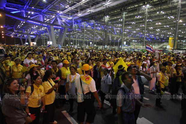 Yellow-shirt protesters throng Suvarnabumi airport in 2008. (Bangkok Post file photo)