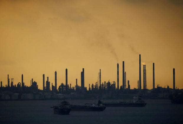 Storm clouds gather over Shell's Pulau Bukom oil refinery in Singapore Jan 30, 2016. (Reuters file photo)