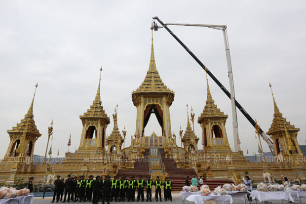 Officials begin removing the Nine-Tiered Great White Umbrella of State from the top of the royal crematorium at Sanam Luang, mark the beginning of the 60-day dismantling of the royal crematorium. (Photos by Wichan Charoenkiatpakul and Seksan Rojjanametakun)