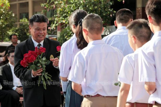 Samsenwittayalai School director Viroj Samruan, seen here drumming up support from students last June, vigorously denied taking bribes from parents, but a seven-month investigation allegedly shows that he did.
