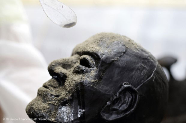 Artist Rueangsak Anuwatwimon slowly sprinkles dust on the face of a sculpture of an elderly man, to demonstrate the insidious risk from air pollution. This is one of the art works on displayed until Jan 28 at the Bangkok Art and Culture Center by Greenpeace South East Asia, which wants to alert people to the danger of tiny dust particles. (Photo: Greenpeace Thailand)