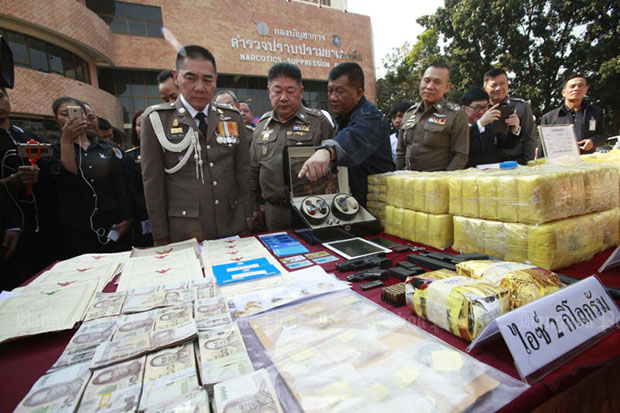 National Suppression Bureau chief Pol Lt Gen Sommai Kongwisaisook points out items seized during a nationwide crackdown campaign to national police chief Pol Gen Chakthip Chaijinda (left) and other senior officers at the NSB on Thursday. (Photo by Pornprom Satrabhaya)