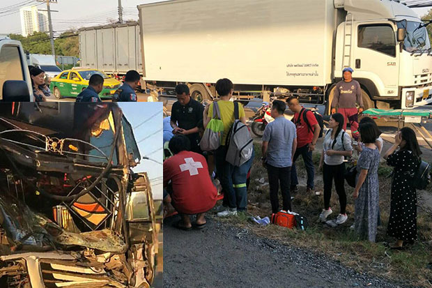 Rescue workers tend Chinese tourists injured when their bus (inset) ran into the back of a trailer truck in Chachoengsao's Bang Pakong district on Thursday evening. (Photo taken from @welove8riew's Facebook page)