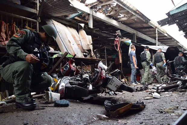 Security officers examine the motorcycle-bombing scene at Pimolchai market in Muang district, Yala, on Monday morning. (Photos by Maluding Tido)