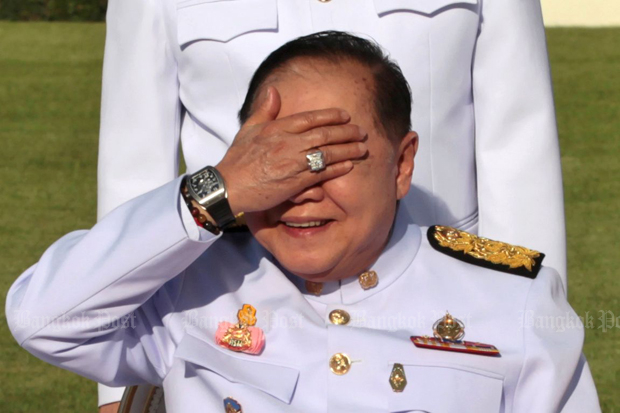 Deputy Prime Minister Prawit Wongsuwon raises his hand to block the sunlight while posing for pictures with other cabinet ministers in December. The diamond ring and the wristwatch he exposed were not listed in his declaration of assets and liabilities. (Photo by Chanat Katanyu)