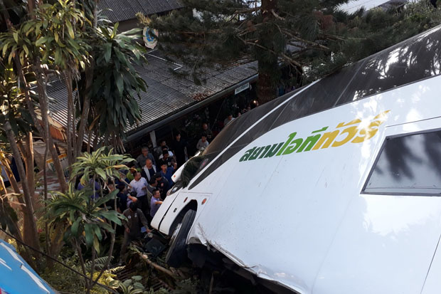 A bus carrying Chinese tourists is pictured after it plunged off the road below Wat Phra That Doi Suthep in Muang district, Chiang Mai, Monday evening. (Photo by Cheewin Sattha)