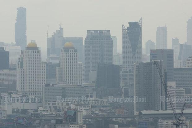 Air pollution blankets Bangkok on Thursday. (Photo by Patipat Janthong)