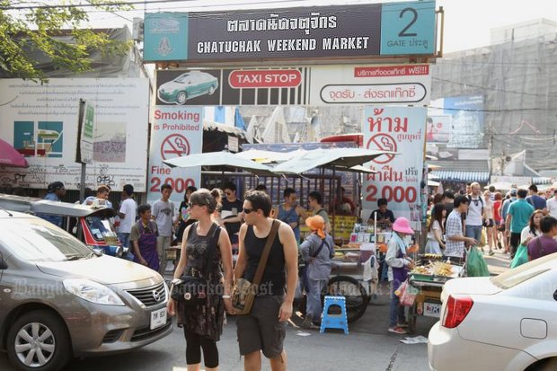 Starting at mid-year the world's biggest weekend market is going to go 'Full 4.0' with stalls and even the parking area to switch to payment by card or QR code. (Bangkok Post file photo)