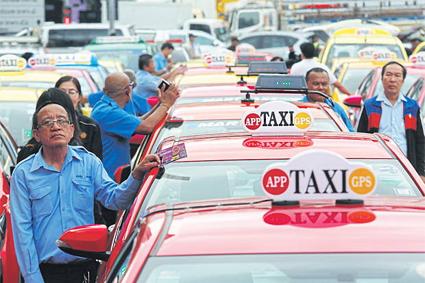 Taxi drivers wait to be registered under the 'Taxi OK' project with the Department of Land Transport. The scheme aims to improve the standard of taxis which have faced complaints over poor service. (Photo by Pattarapong Chatpattarasill)