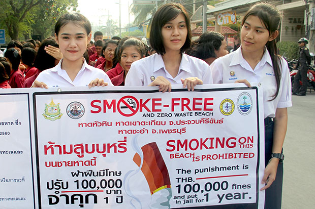 Students in the resort town of Hua Hin in Prachuap Khiri Khn join a campaing to remind tourists and local residences of the smoking ban on beaches from Thursday onwards. (Photo by Chaiwat Satyaem)
