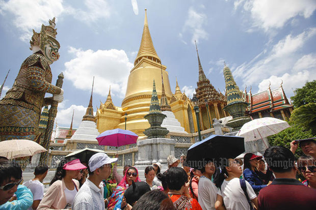 Chinese tourists visit the Grand Palace. Air China hopes to carry more of them to Thailand after the direct flight from Chengdu in Sichuan province launches. (Photo by Pattarapong Chatpattarasill)