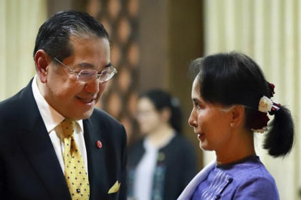 Surakiart Sathirathai (left) shakes hands with Myanmar leader Aung San Suu Kyi on Jan 22, after she appointed Surakiart to head an international panel on the Rohingya crisis. (Photo via Suu Kyi's office, via AP)