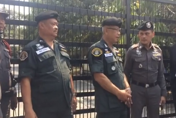 Police gather in front of the house of construction tycoon Premchai Karnasuta in Soi Sun Wichai 3, Huai Khwang district, before entering and beginning a search around noon on Wednesday. (Photo from FM91 Trafficpro Facebook Page)