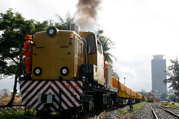 A train pulls out of Phnom Pehn. It won't be long before Cambodia and Thailand are connected. (Khmer Times photo)