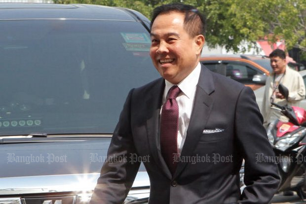 Former national police chief Somyot Poompunmuang was in a jovial mood as he visited the DSI to claim he had borrowed 300 million baht from a brothel owner, much like the deputy prime minister borrows his watches. (Photo by Tawatchai Kemgumnerd)