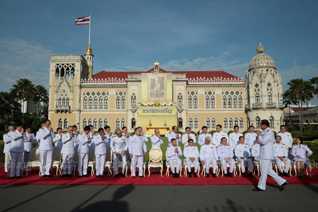 Prime Minister Prayut Chan-o-cha and his cabinet ministers prepare for a group photo at Government House on Dec 4, 2017. (Photo by Chanat Katanyu)