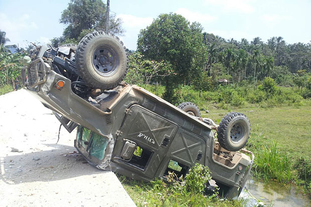 A pick-up truck overturns after a bomb explosion in Chanae district in Narathiwat that injured four soldiers. (Photo by Waedao Harai)