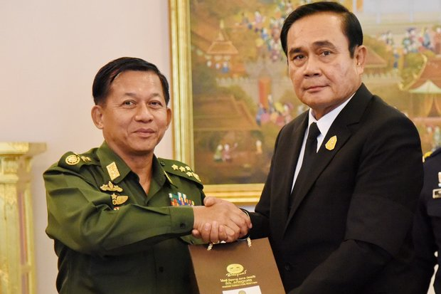 Myanmar military chief Snr Gen Min Aung Hlaing (left), exchanged gifts with Prime Minister Prayut Chan-o-cha on a visit to Government House last August. (Photo courtesy Government House)