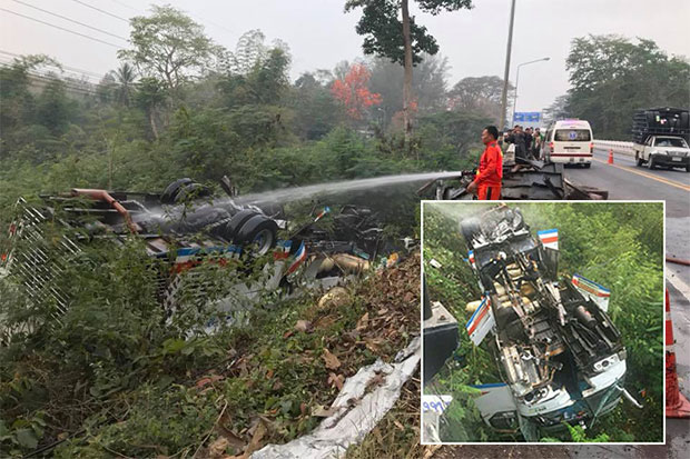 An inter-provincial bus operating between Khon Kaen and Loei rammed into a bridge barrier and overturned on a steep road in Loei's Phu Kradung district on Tuesday morning, killing the driver and injuring eight passengers. (Photo taken from Loei-based Sawang Khiritham rescue foundation's Facebook page)